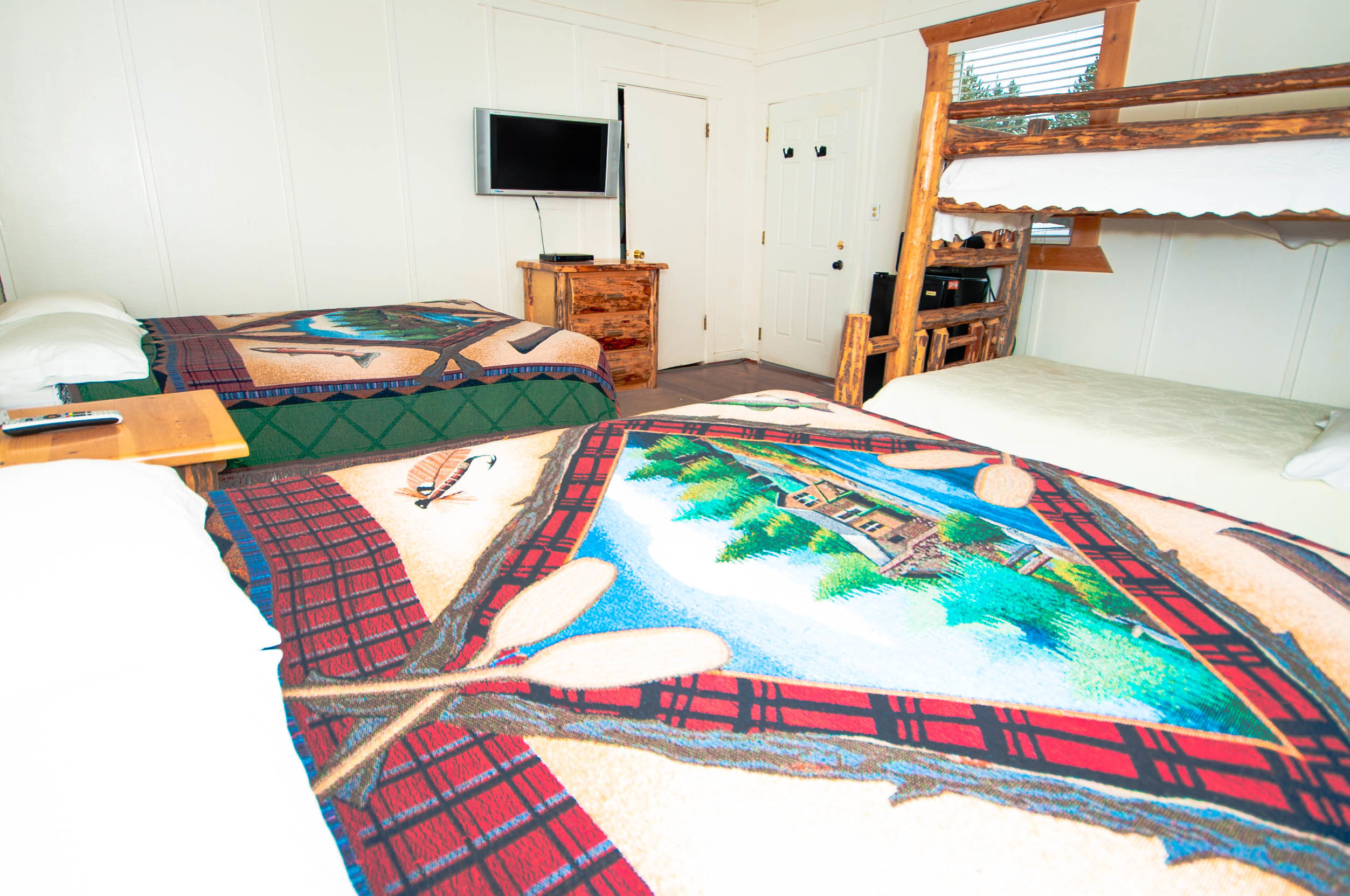 4. Bunkhouse 4 2 Queens and Bunkbed 2